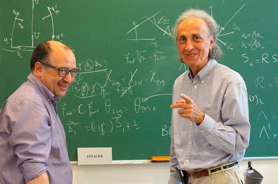 Donato Bini (à gauche) et Thibault Damour (à droite) au tableaux